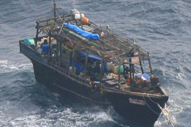 來自北韓、被形容為「幽靈船」的木造船。(AP)