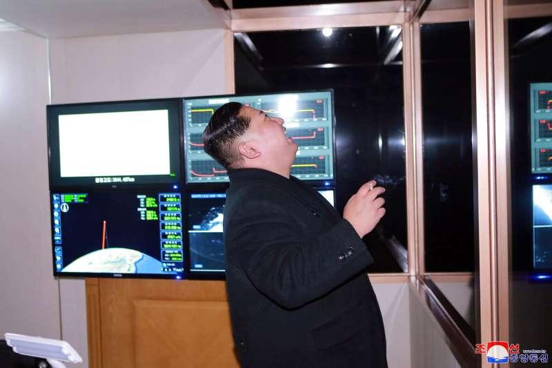 2017年11月29日,北韓領導人金正恩下令軍方試射最新型的「火星-15」洲際彈道飛彈(AP)