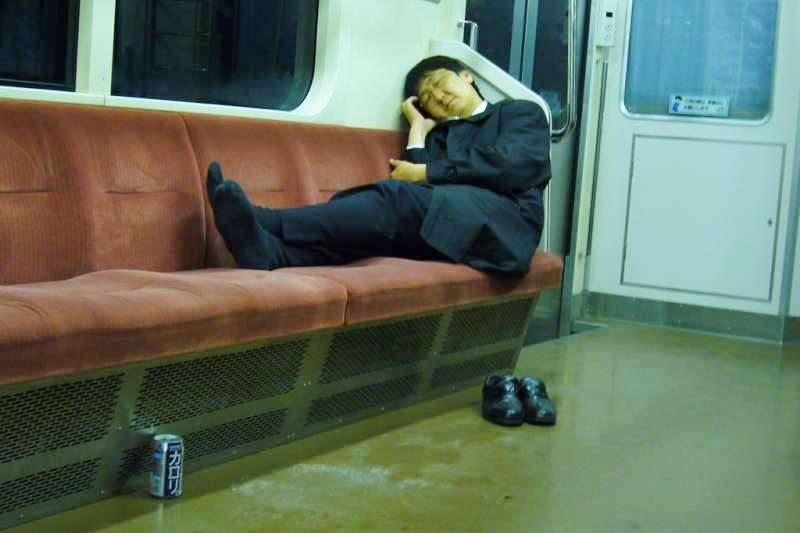 典型日本上班族:過勞、地鐵、臭襪。(圖/*CUP提供)
