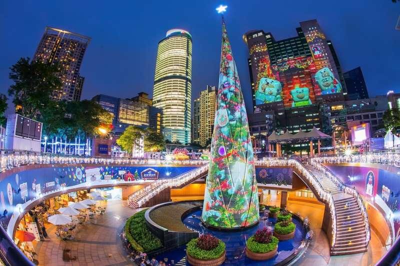 「2017新北市歡樂耶誕城」於11月24日登場,充滿奇幻、歡樂及華麗馬戲團為主軸的市民廣場,可由捷運板橋站3A出口出站後抵達。(圖/新北市政府觀傳局提供)