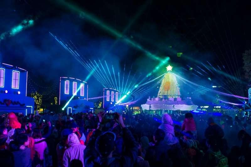 今年新北耶誕歡樂城新增「耶誕光之舞」,可於板橋捷運站3號出口出站後抵達站前燈區,享受燈舞交織的華麗展演。(圖/葉滕騏攝)