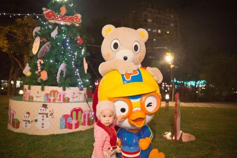 由板橋捷運1號出口出站,可以看見企鵝總統Pororo與他的家族們,已將萬坪公園打造成充滿雪國風情的耶誕樂園。(圖/新北市政府觀傳局提供)