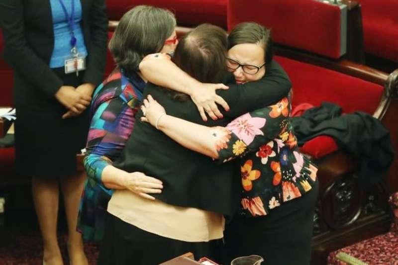 在議會內擁抱的澳洲維多利亞省議員。(BBC中文網)
