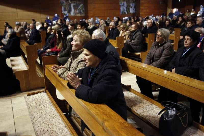波士尼亞民眾收看電視轉播中的「雪布尼查大屠殺」世紀審判。(美聯社)