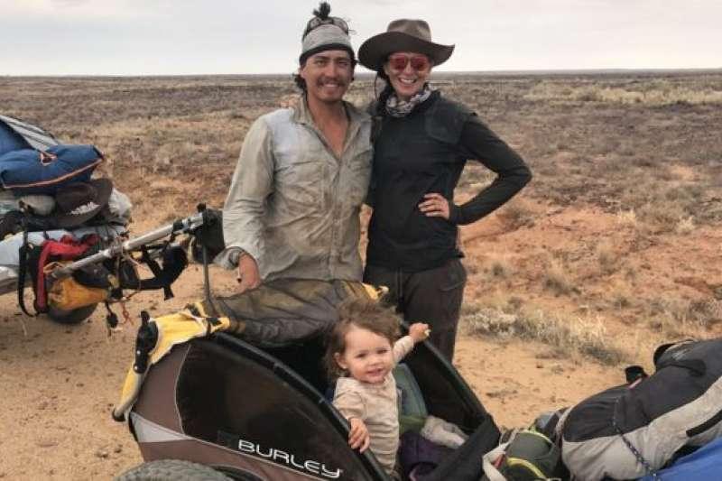 瓊斯夫婦帶娃橫越1800公里。(BBC中文網)