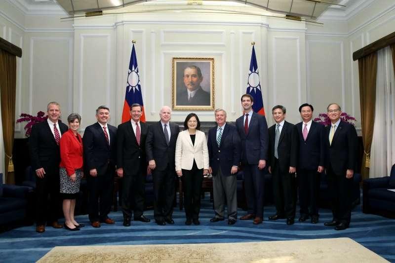 2016年6月中旬,美國聯邦參議院軍事委員會員多位委員訪問台灣,晉見蔡英文總統,右4即為柯頓(Tom Cotton)(總統府)