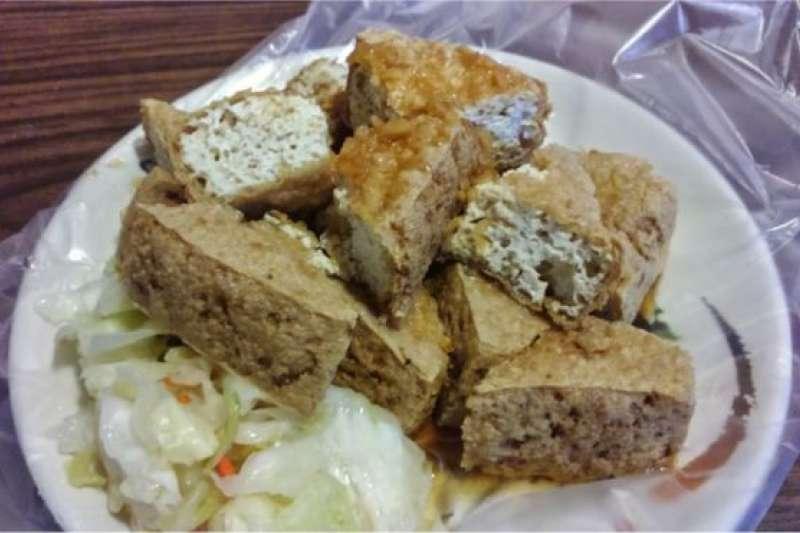 臭豆腐有的說是清代落榜考生王致和發明的,也有的說是明朝的時候就有臭豆腐的相關記載。(BBC中文網)