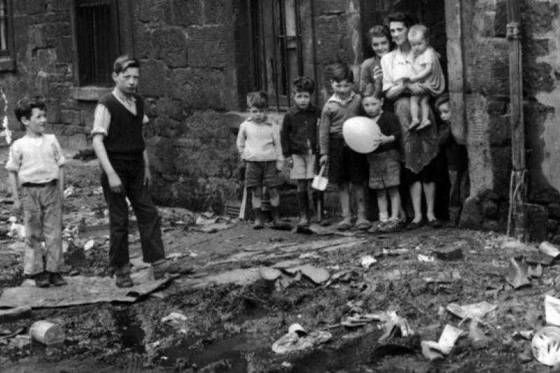 英國貧民窟一般和工業革命與維多利亞時期相聯繫,那時候的貧民住房被稱作「住人的牛棚」,這種狀況一直存在到1940年代(1930的英國貧民區)。(BBC中文網)