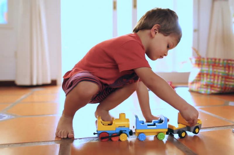 讓孩子在地面上玩耍,有助於孩子的運動能力發展。(圖/shutterstock)