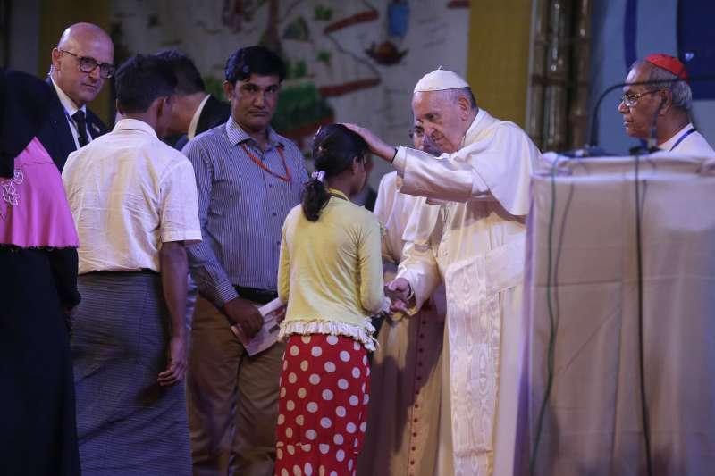 教宗一一接見羅興亞難民,為他們祈禱,並聆聽他們的經歷。(美聯社)