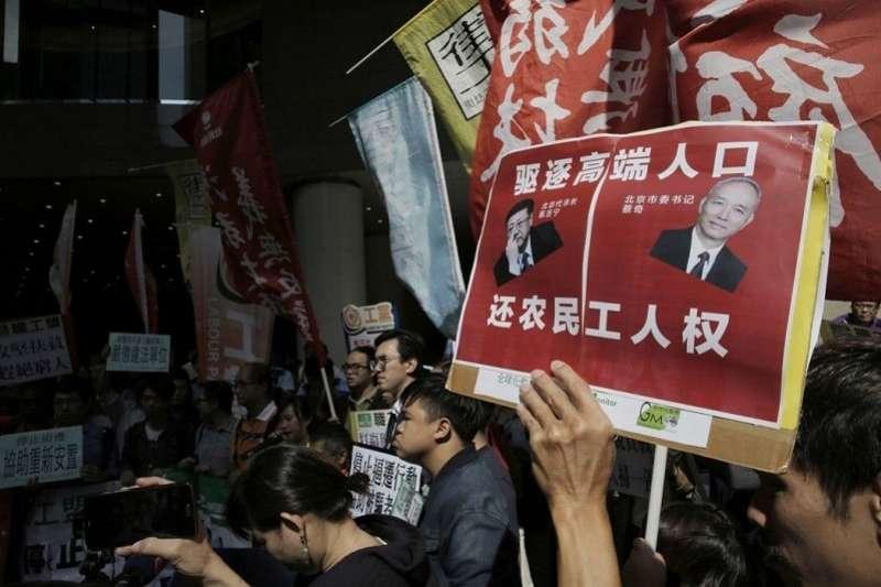 香港職工盟、工黨等團體發起遊行,抗議北京強拆「低端人口」的住所。 (美聯社)
