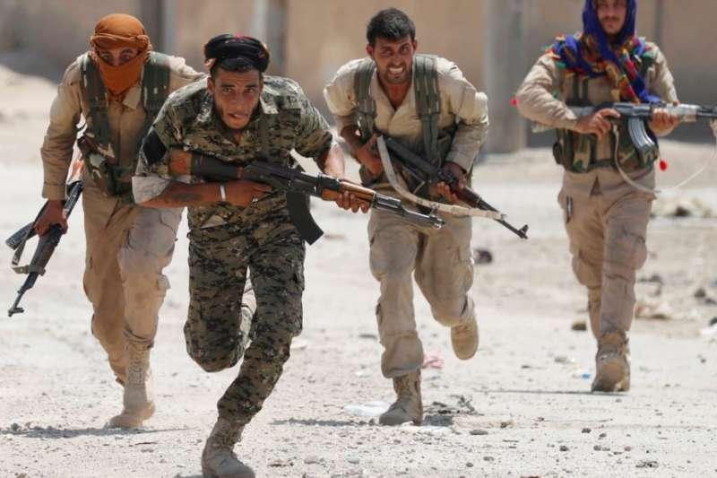 在敘利亞拉卡城的庫德族戰士。(圖/美國之音2017年7月3日)