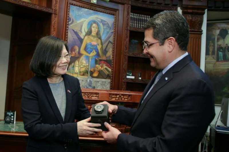 2017年1月9日,蔡英文總統訪問宏都拉斯,與葉南德茲總統互贈禮物(總統府)