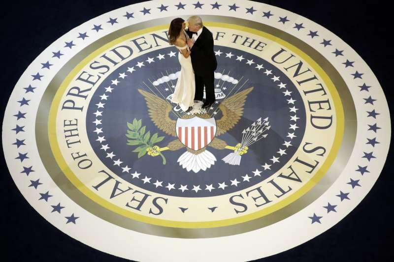 2017國際新聞回顧:川普就職美國第45任總統,與第一夫人梅蘭妮亞在晚宴上共舞。(美聯社)