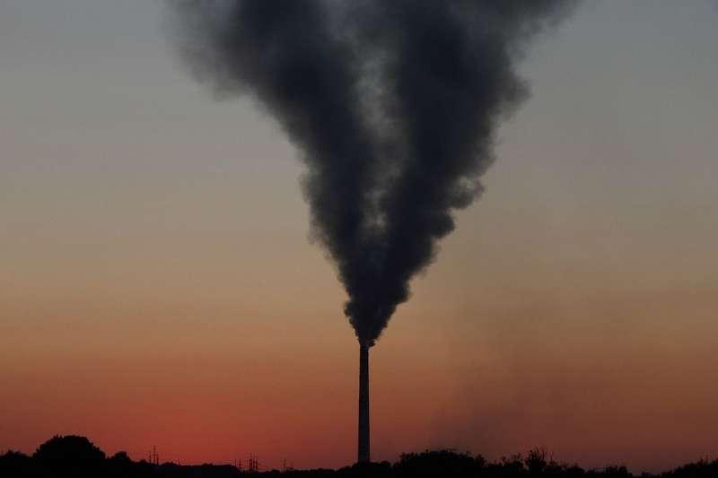 政府說要打擊空汙,但缺乏有效工具抓真兇,政策制定往往緩不濟急。學者為氣喘兒發明「空氣盒子」,建PM2.5即時感測網,從下而上努力救空氣!(圖 /Oleg Savitsky @wikimedia commons)