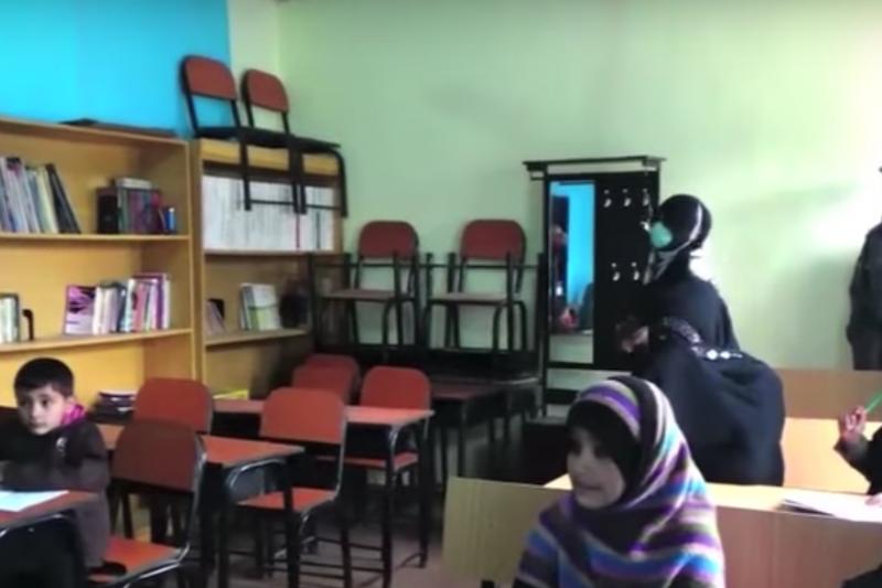 阿富汗楠格哈爾省女子監獄中的其中一間牢房,充當監獄孩童的教室。(截自美國之音)
