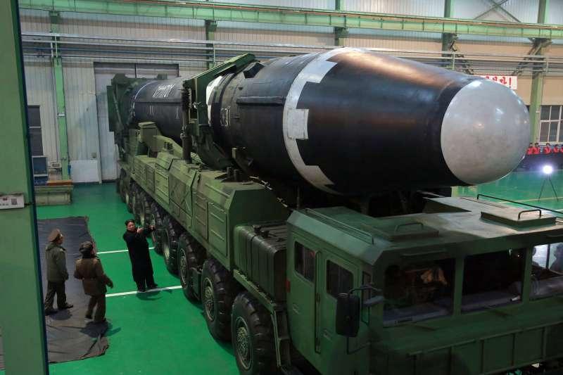 北韓領導人金正恩日前親自檢視洲際彈道飛彈「火星-15」。(美聯社)