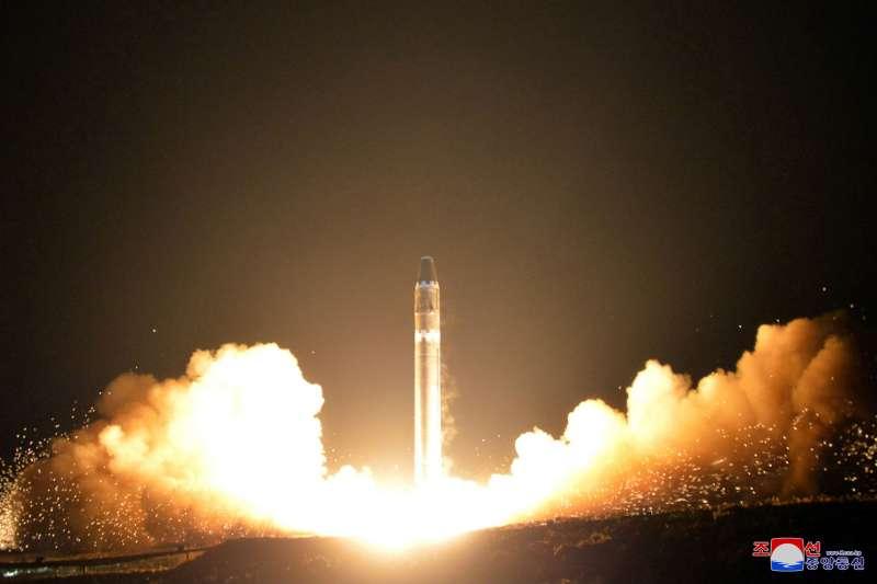 北韓官方稱飛彈「火星-15」的射程可涵蓋美國全境。圖為北韓官媒釋出照片。(美聯社)