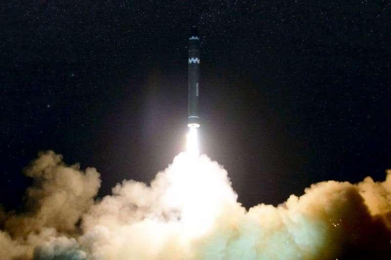北韓發射火星-15洲際彈道飛彈。(BBC中文網)