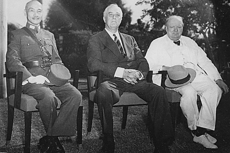 羅斯福曾說過,美國的邊疆在全世界。圖為開羅會議期間蔣中正、羅斯福和邱吉爾合照,於1943年11月25日。(維基百科)