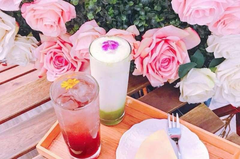 粉嫩繽紛的乾燥花配上美食餐點,讓妳心情極好無比。(圖/花惹花咖啡 HUA CAFE@facebook)