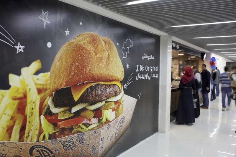 目前強調加工食品的文化、西化的飲食方式都是造成全球過胖人口快速增加的重要原因(美聯社)