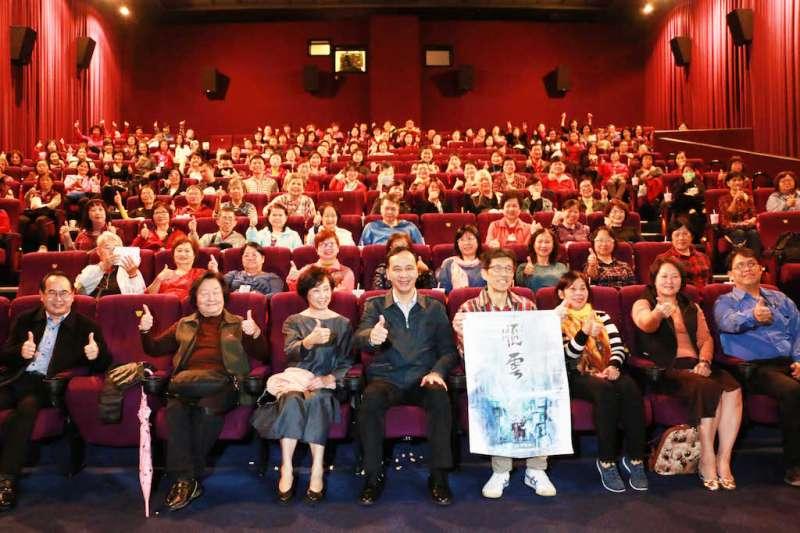 《順雲》電影特映會,新北市長朱立倫與現場觀眾合影。(圖/新北市文化局提供)