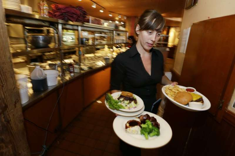 美國勞工部擬修法,讓雇主可以徵收外場服務生的小費,分給內場的員工。(美聯社)