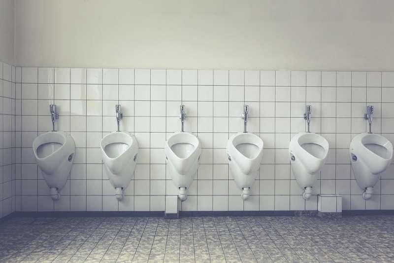 想尿又尿不出來...上年紀的男性多數有攝護腺肥大問題,想預防在飲食習慣中維持少油少鹽原則。(示意圖/markusspiske@pixabay)