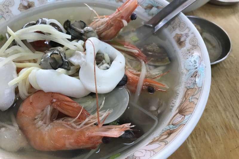料滿實在的海鮮粥,到台南不吃上一碗太可惜了。(圖/妳好南搞)