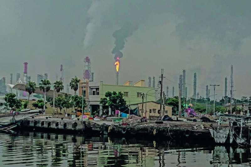 作者指出,蔡政府廢核電而以綠電取代,降煤電而以氣電取代,如同打斷支撐台灣經濟的兩條腿,此一極為恐怖的危機,社會竟然少有警覺。(林聰勝攝)