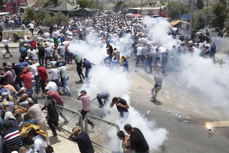 以色列警察對耶路撒冷的巴勒斯坦人投擲催淚瓦斯。(美聯社)
