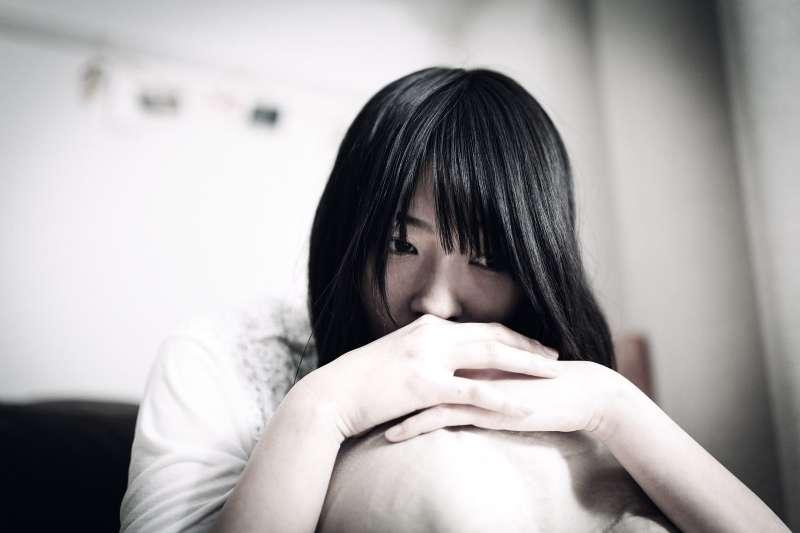 有哪個正常的父親會罵自己女兒淫蕩?在心理師眼中,比起女兒,「恐龍父親」更該到精神科看病。(示意圖非本人/pakutaso)