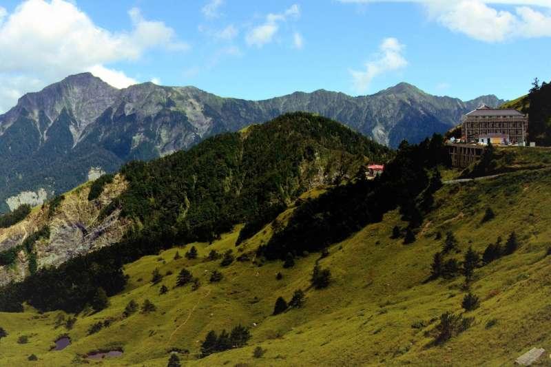 山友稱奇萊山為「黑色奇萊」,因為除了山勢險峻、天氣變化莫測,它也奪走了許多登山客的性命。(圖/維基百科)