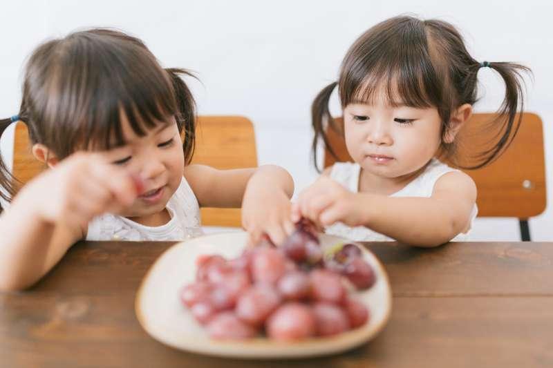 餐桌不僅是品嘗美食的地方,更是孩子們學習的場域。(圖/あおみどり@PAKUTAS)