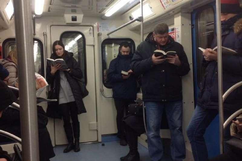 一張莫斯科地鐵照片,顯示愛好閱讀的俄羅斯民眾人手一本書。(ˋ俄羅斯衛星通訊社)