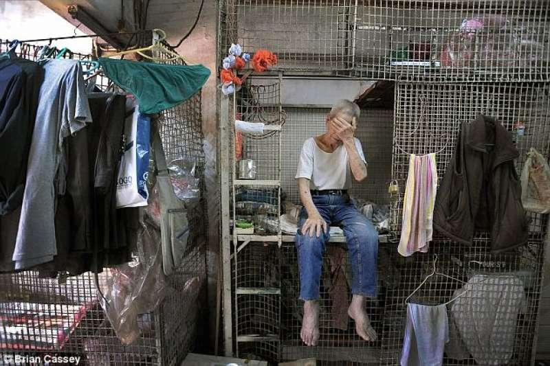 香港繁華的外皮下,藏著一批被政府刻意遺忘的人,狹小的居住空間和極差的環境,毫無生活品質可言,這巨大的生活壓力令一眾住戶幾乎無法翻身。(圖/言人文化提供)
