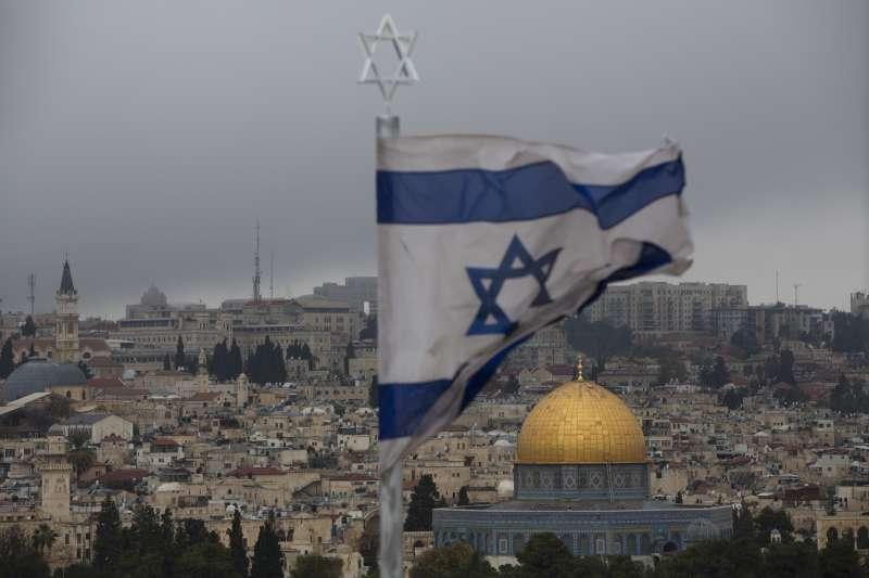以色列透過數位外交與阿拉伯年輕世代打交道,圖為以色列國旗和耶路撒冷聖殿山(AP)