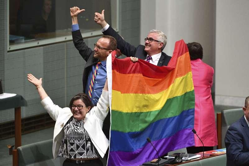 2017年12月7日,澳洲國會通過法案,同性伴侶婚姻合法化(AP)