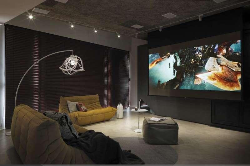 愈來愈多人在家裝設投影機,看電影、打電玩都超有臨場感,絕對是一大享受。(圖/設計家Searchome提供)