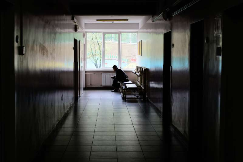只要一不如意,阿正就會癱坐在病房或走廊上的地板上,和他的尿一起。(圖/Nick Savchenko@flickr)