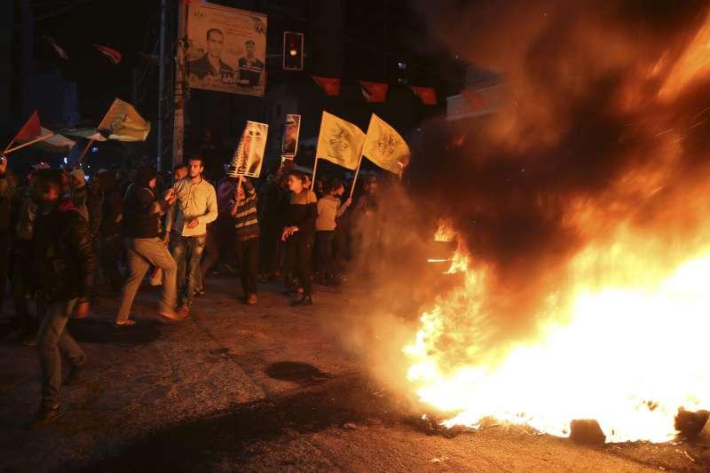 2017年12月6日,美國總統川普宣布承認「耶路撒冷是以色列首都」,引發巴勒斯坦人激烈抗議。(AP)