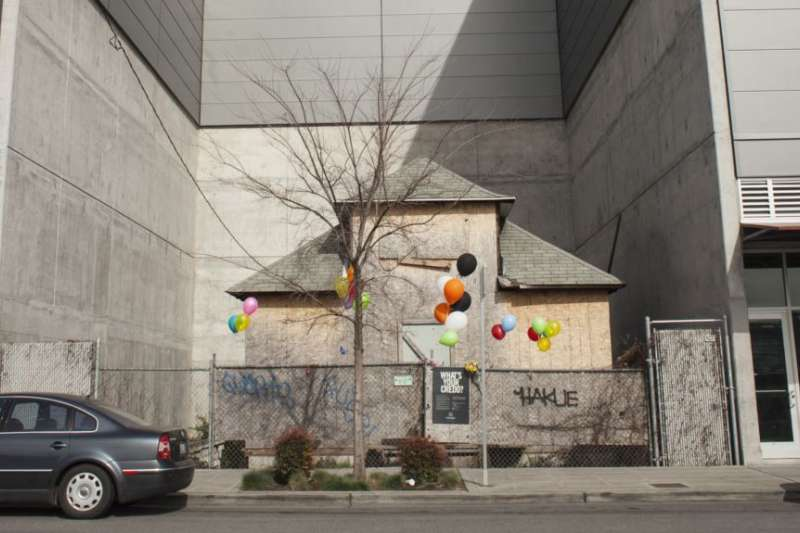 華盛頓州西雅圖居民艾迪思・梅斯菲爾德拒絕搬遷而保留在新建的商業大樓之間的老房子。(美國之音)