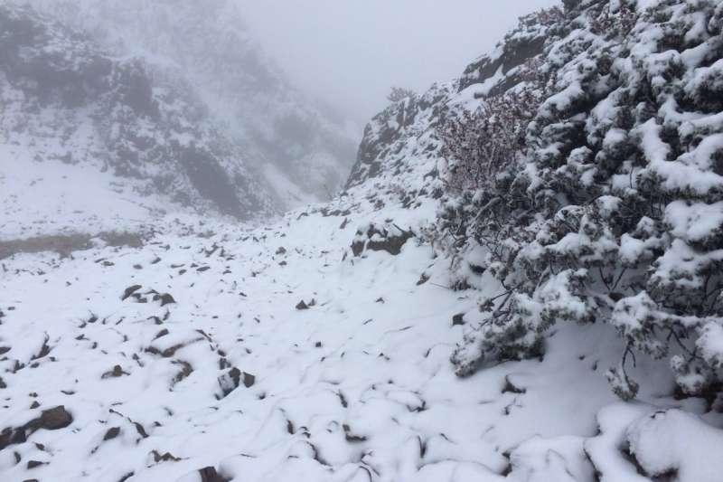玉山21日上午10時20分降雪,創下中央氣象局1953年在玉山有觀測紀錄以來最晚初雪紀錄。示意圖。(資料照,取自玉山國家公園臉書粉絲專頁)