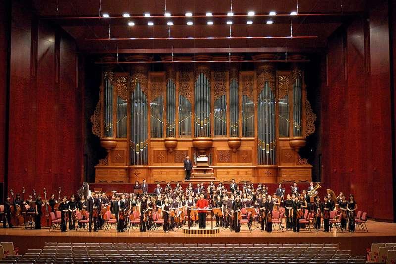 作者認為,管風琴的音色與其直覺所帶來的神性色彩難以分開,許多音樂家拿來營造神祕而特殊的氛圍,而且不限於古典音樂範疇。圖為國家音樂廳管風琴。(取自維基百科)