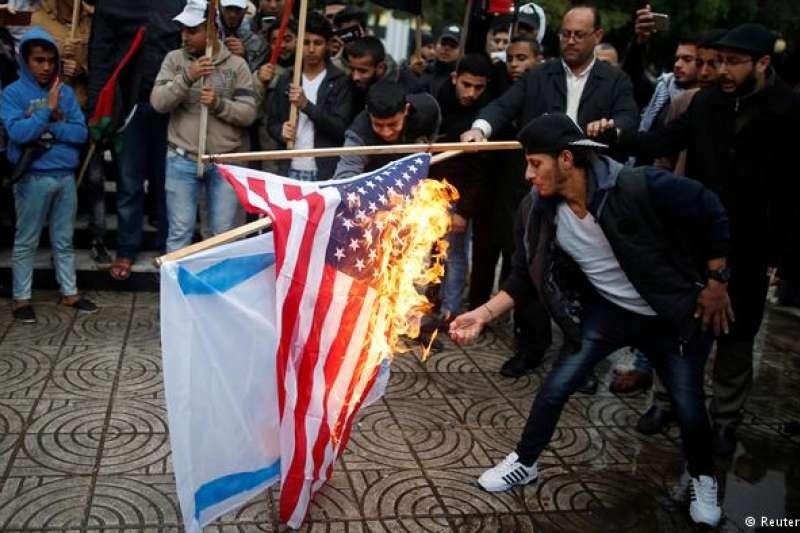 數百名示威者在加薩地帶燃燒了川普的畫像和美國國旗。(德國之聲)