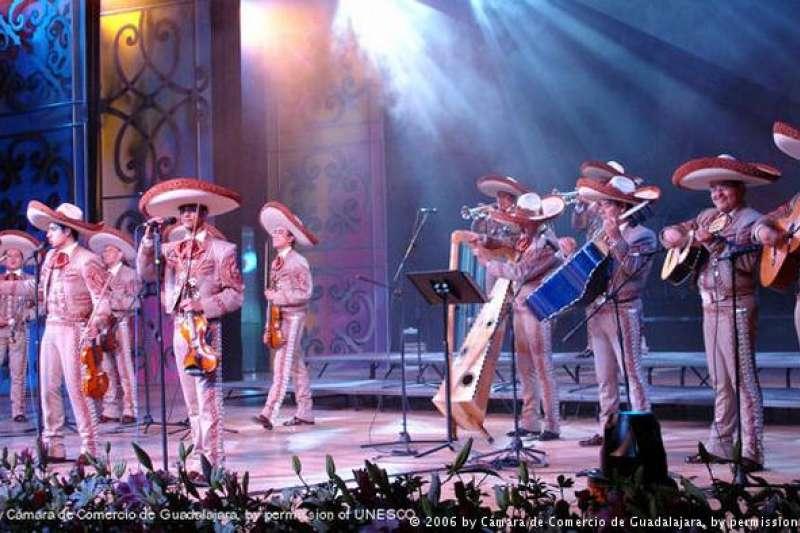 墨西哥街頭樂隊 墨西哥街頭樂隊(Mariachi)是該國文化的重要組成部分。其歌詞為西班牙語或印第安語言,傳承著墨西哥的文化遺產。歌曲內容包括戰役、愛情等。樂手身著傳統服裝和墨西哥草帽。(德國之聲)