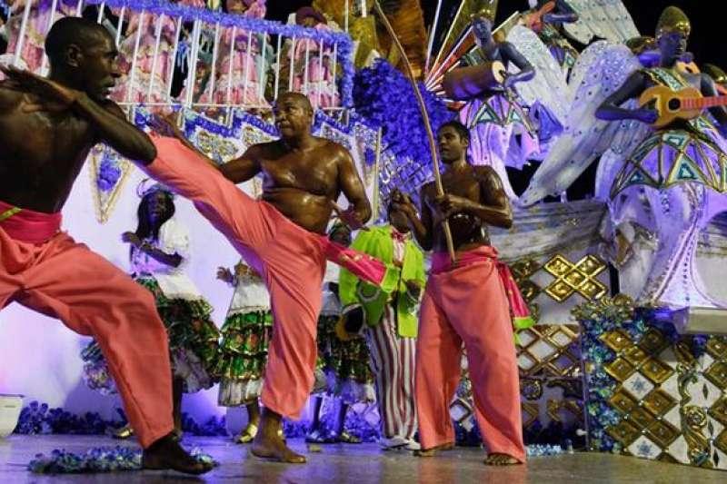 巴西戰舞 卡波耶拉(Capoeira)亦稱為巴西戰舞,是由巴西非洲裔移民發展出的介於藝術與武術之間的獨特舞蹈。跳舞時,兩人邊打邊跳。周圍的人按節奏拍手、擊鼓。(德國之聲)
