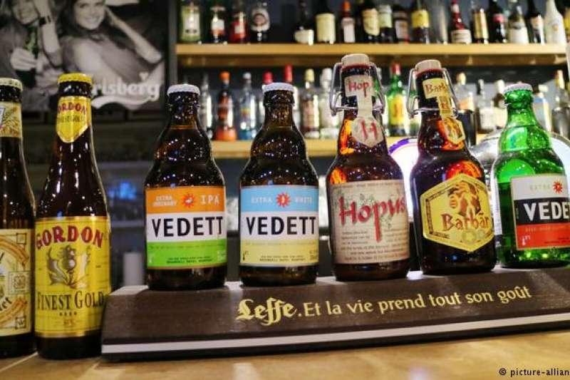 比利時啤酒 比利時啤酒舉世聞名。如今,聯合國教科文組織決定將該國啤酒的生產釀造列為活文物。目前,市場上大約有1500種比利時啤酒,其歷史一直可以追溯到中世紀。(德國之聲)