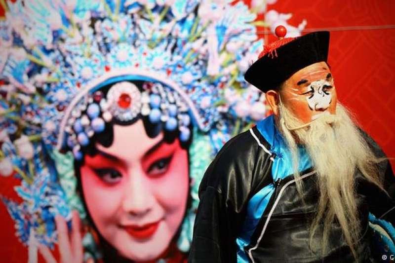 中國京劇 有中國國粹之譽的京劇講究唱念做打,其內容廣泛,涵蓋政治、社會、歷史、生活的方方面面。無論是臉譜、服裝還是音樂、道具等,京劇都是一門十分復雜的綜合藝術。(德國之聲)
